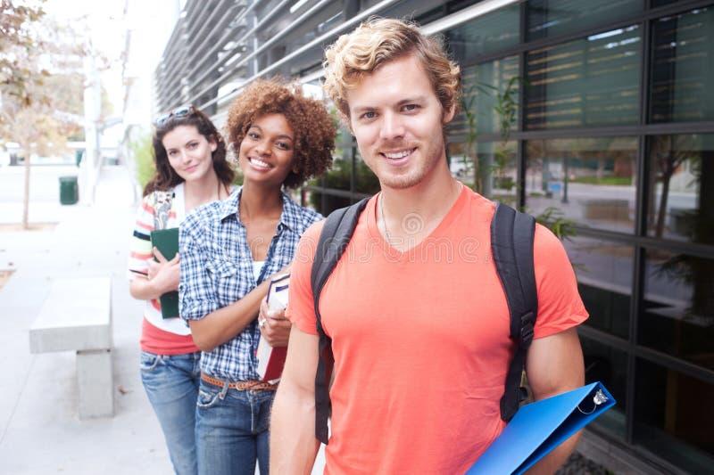Groupe heureux d'étudiants universitaires photographie stock libre de droits