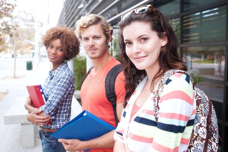 Groupe heureux d'étudiants universitaires photo stock