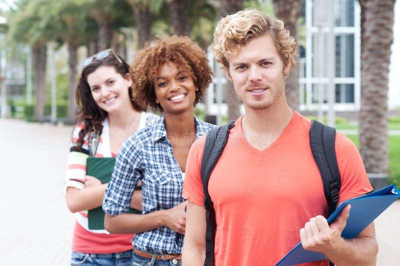 Groupe heureux d'étudiants universitaires photo libre de droits