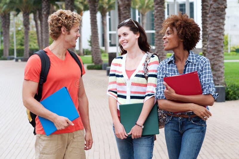 Groupe heureux d'étudiants universitaires image stock