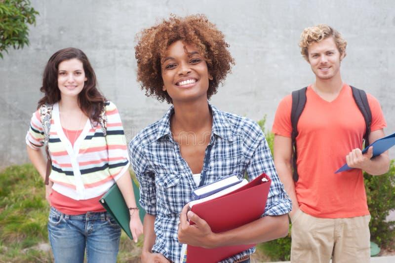 Groupe heureux d'étudiants universitaires images stock