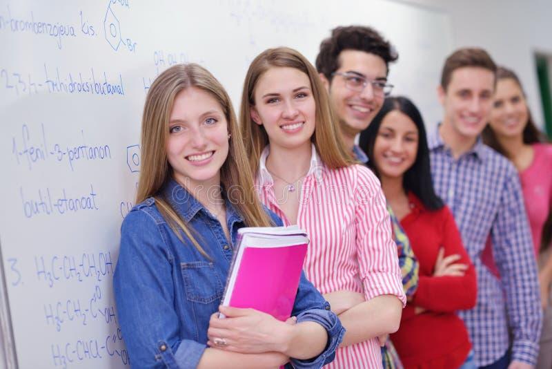 Groupe heureux d'ados à l'école image libre de droits