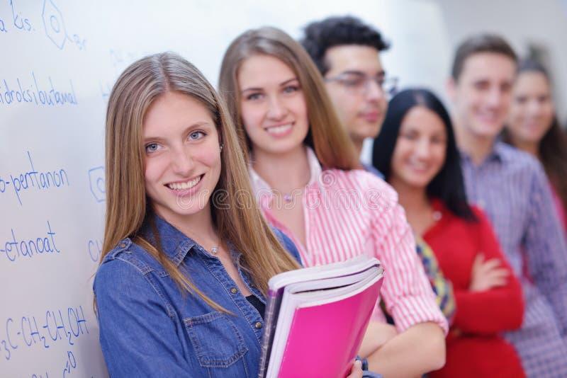 Groupe heureux d'ados à l'école images libres de droits