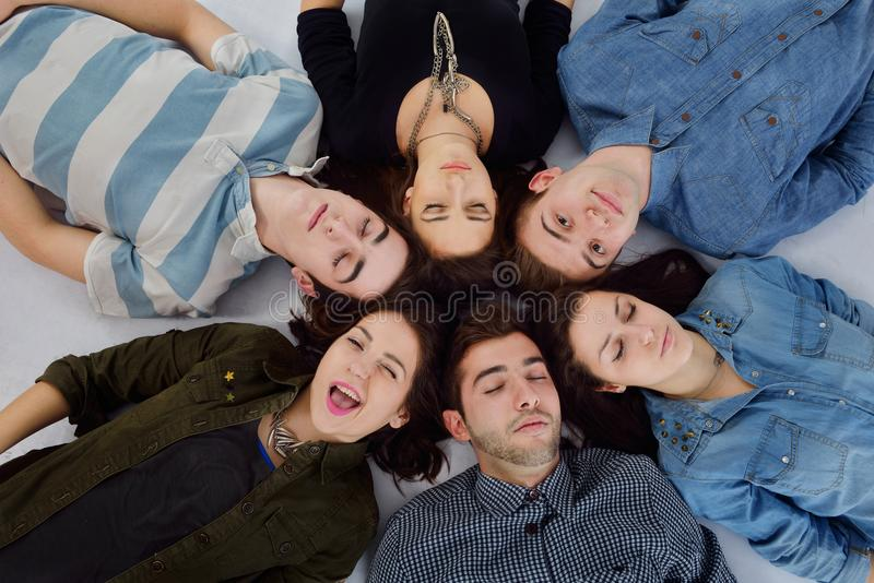 Groupe heureux d'ados photo stock