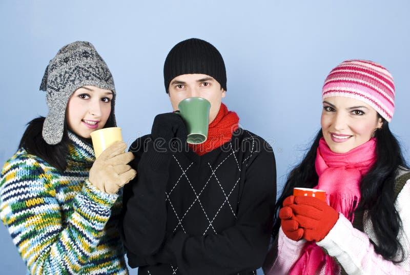 Groupe heureux d'amis avec des tasses de thé photographie stock libre de droits