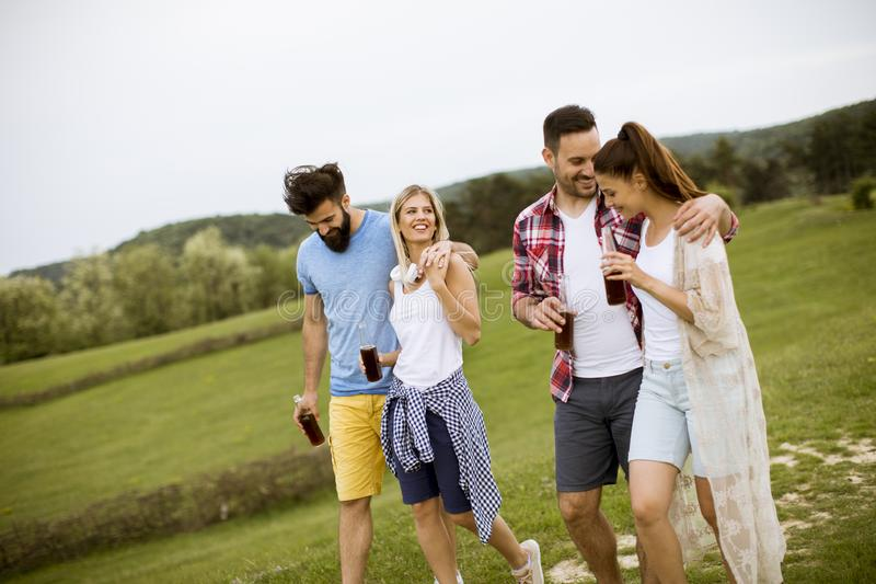 Groupe heureux d'amis ayant l'amusement et souriant à la nature images stock