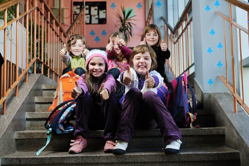 Groupe heureux d'enfants à l'école image libre de droits