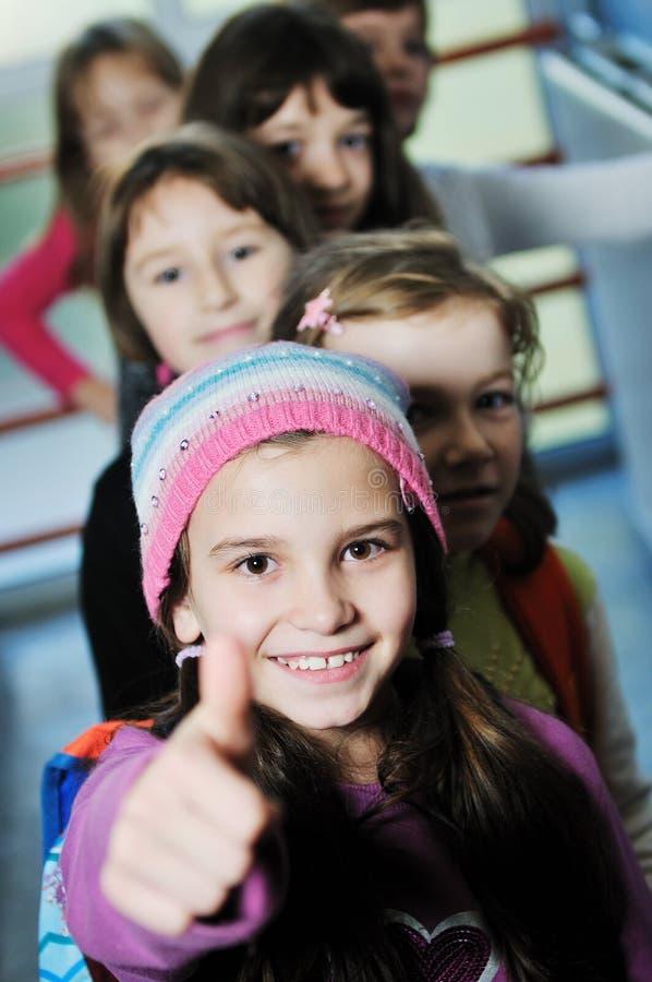 Groupe heureux d'enfants à l'école photographie stock