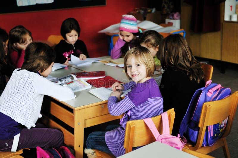 Groupe heureux d'enfants à l'école image stock