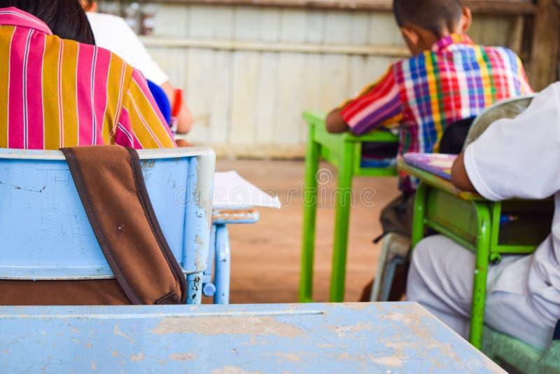 Groupe heureux d'enfants dans la salle de classe d'école images libres de droits