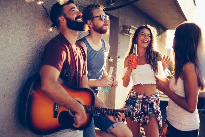 Groupe heureux de jeunes amis ayant l'amusement en été photos libres de droits