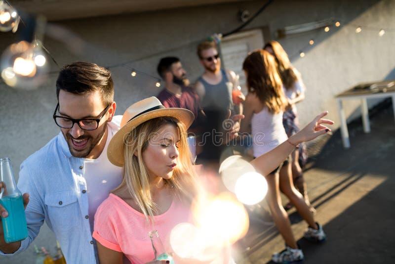 Groupe heureux de jeunes amis ayant l'amusement en été photos stock