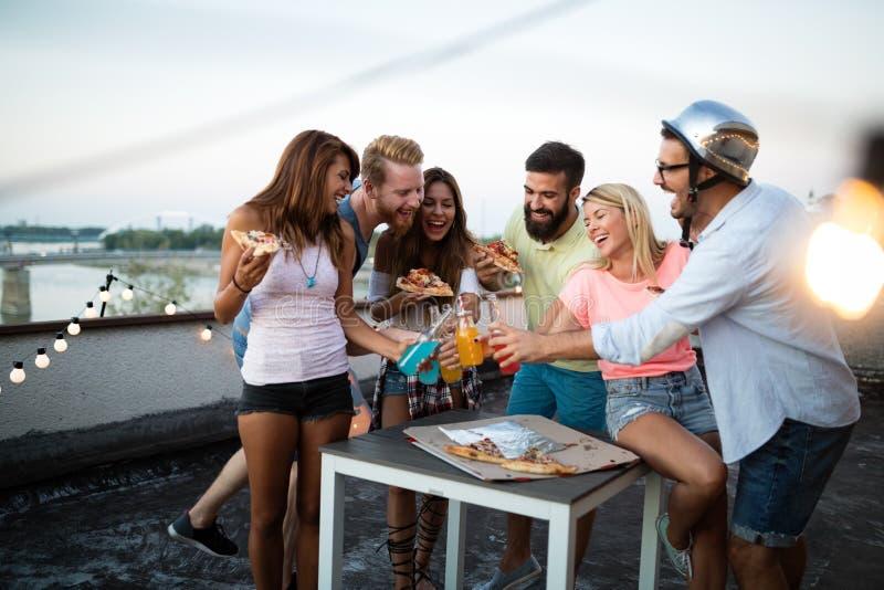Groupe heureux de jeunes amis ayant l'amusement en été photographie stock