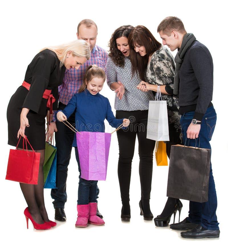 Groupe heureux de personnes d'achats tenant des sacs image stock