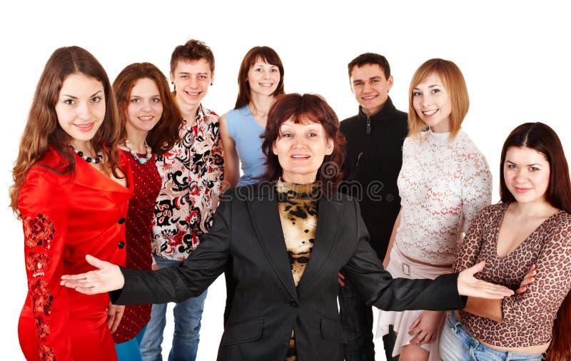 Groupe heureux des jeunes avec l'aîné. photo stock