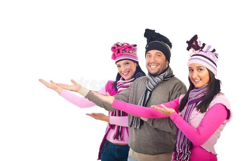 Groupe heureux en accueil de vêtements de l'hiver photos libres de droits