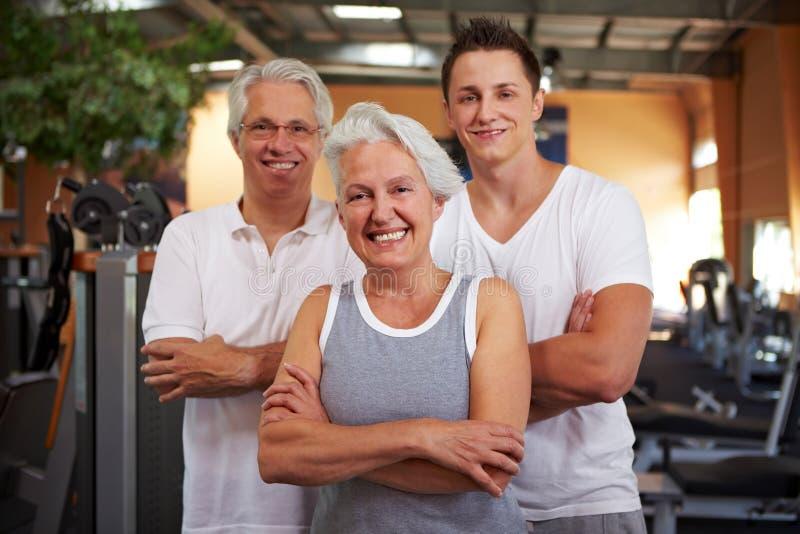Groupe heureux en gymnastique photos libres de droits
