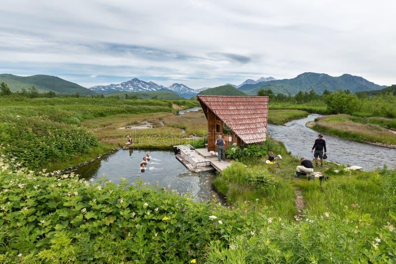 Groupe Hot Springs de Goryacherechensky Parc naturel de Nalychevo sur le Kamtchatka La Russie, Extrême Orient photos libres de droits