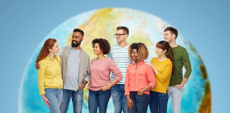 Groupe international de personnes de sourire heureuses photos libres de droits
