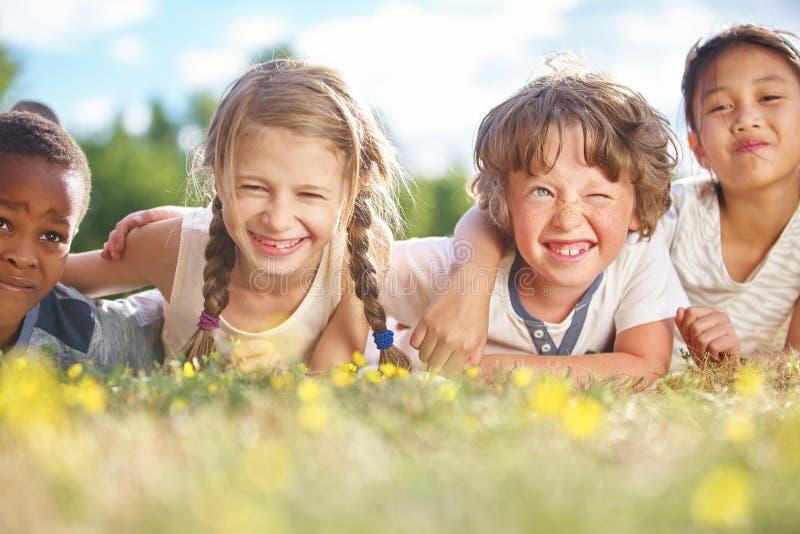 Groupe interracial d'enfants en été photo stock