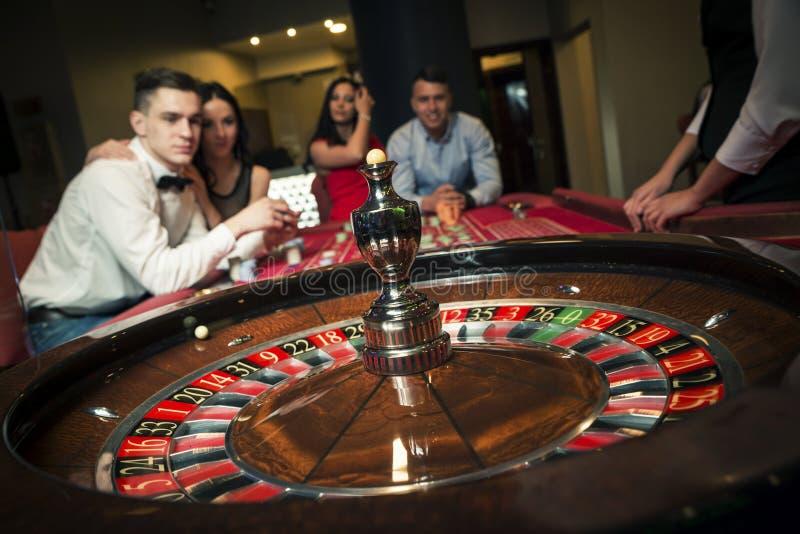 Groupe jouant la roulette photographie stock