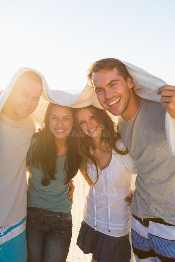 Groupe joyeux d'amis ayant l'amusement ensemble image libre de droits