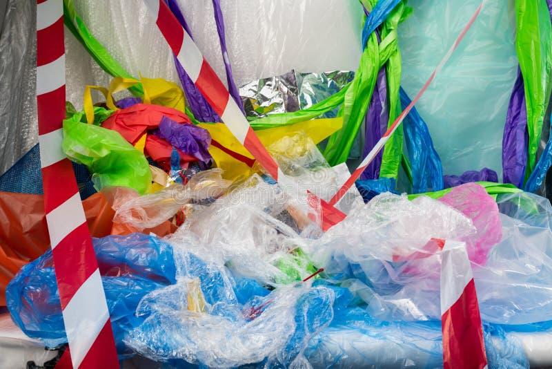 Groupe lumineux sale de sacs et de paquets avec la ligne rayée tout autour images stock