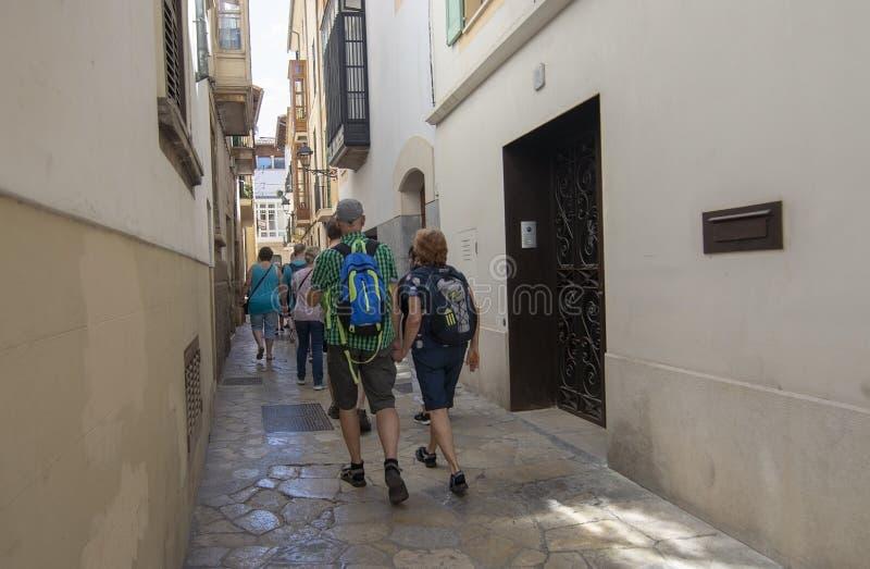 Groupe marchant par la vieille ville Palma photographie stock libre de droits