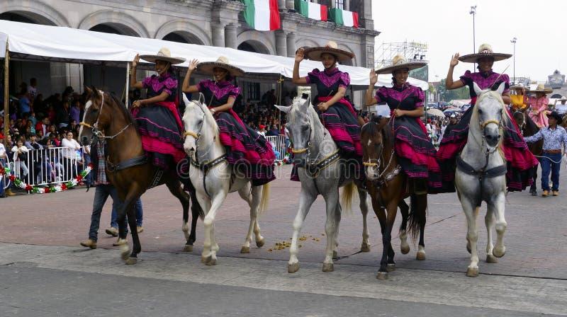 Groupe mexicain de cavaliers féminins photo stock