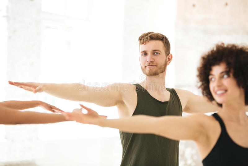 Groupe mixte de personnes de forme physique faisant des exercices image libre de droits