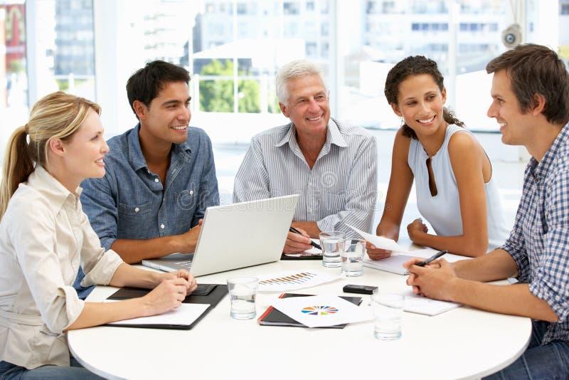 Groupe mixte lors de la réunion d'affaires photo libre de droits