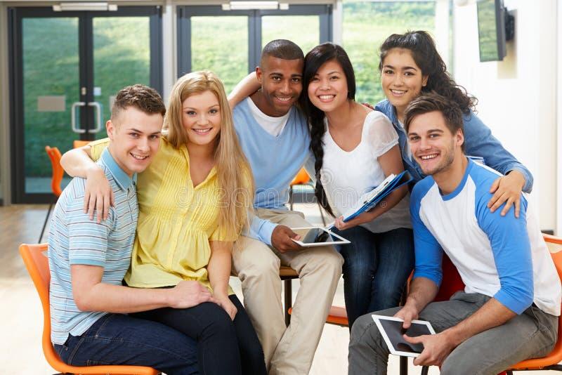 Groupe multi-ethnique d'étudiants dans la salle de classe images libres de droits