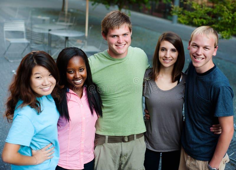 Groupe multi-ethnique d'adolescents images libres de droits