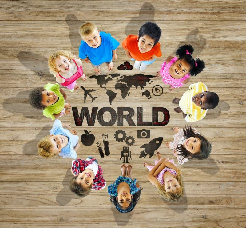 Groupe multi-ethnique d'enfants avec la carte du monde image stock