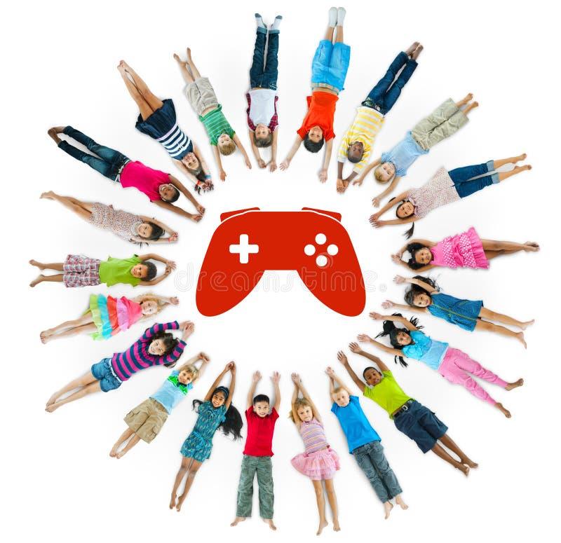 Groupe multi-ethnique d'enfants avec le jeu vidéo photographie stock