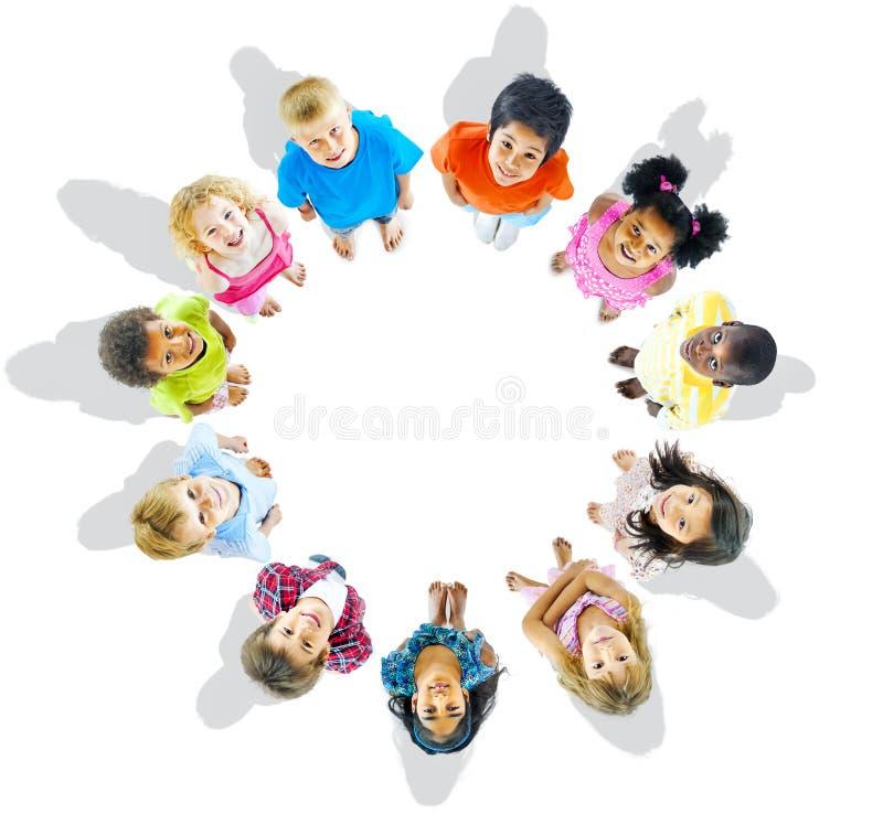 Groupe multi-ethnique d'enfants recherchant photo stock