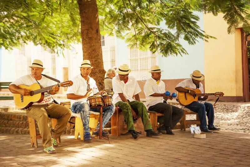 Groupe musical qui joue la musique cubaine dans la place images libres de droits