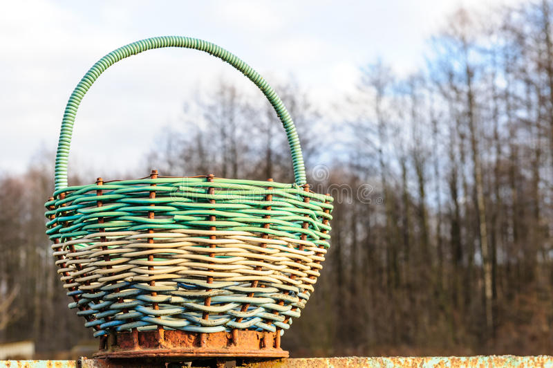 Groupe net et en osier de pots de homard de filet et de paniers de pêche traditionnels en osier sur le quai de pêche photo libre de droits