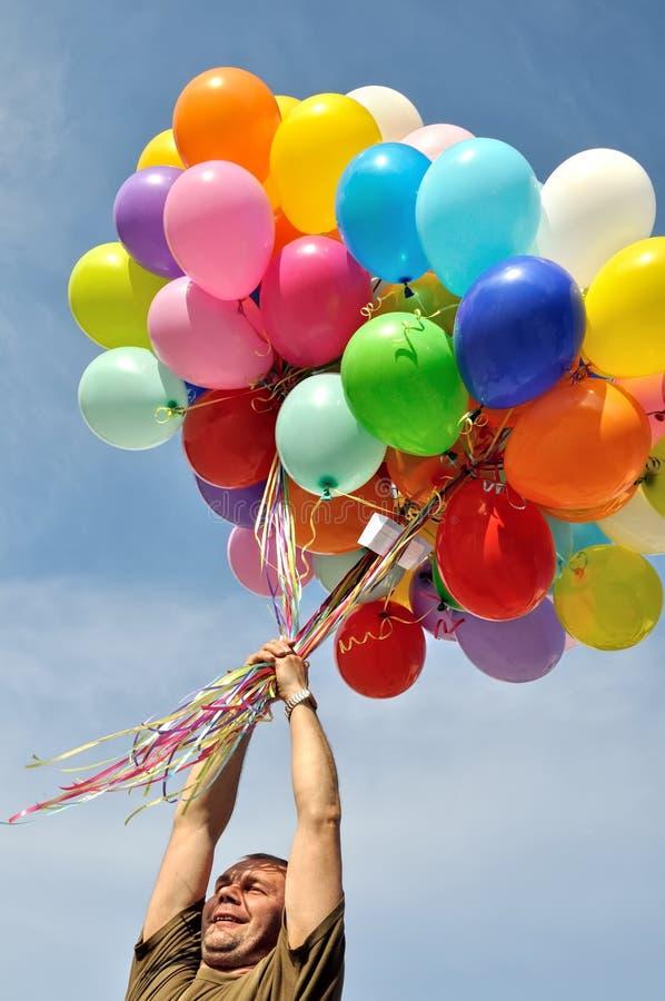 Groupe non identifié de participation d'homme de ballons multicolores image libre de droits