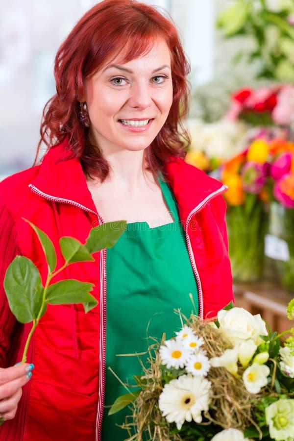 Groupe obligatoire de fleur de fleuriste dans la boutique images stock
