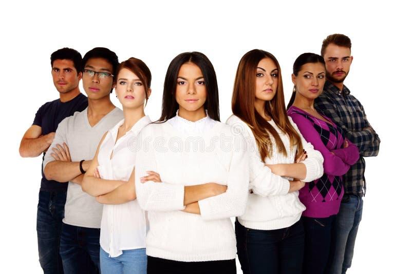 Groupe occasionnel de jeunes sérieux photographie stock libre de droits