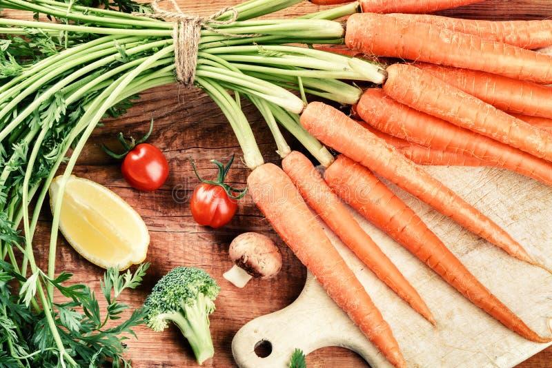 Groupe organique frais de carottes en faisant cuire l'arrangement Consommation saine c photographie stock libre de droits