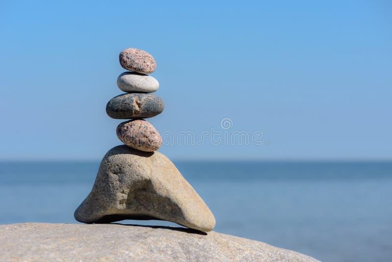 Groupe pyramidal de pierres images libres de droits