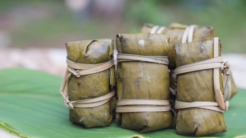 Groupe thaïlandais de bonbons de bouillie de maïs avec le remplissage ou la Kao-Tom-boue de banane images libres de droits