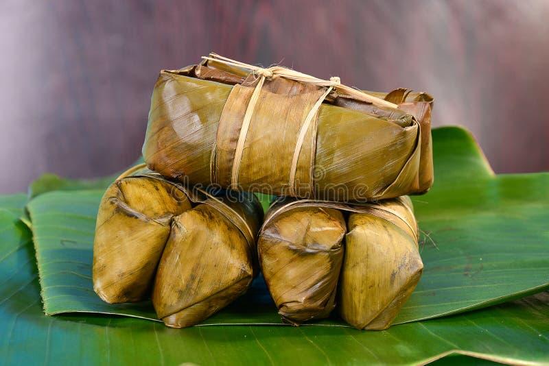Groupe thaïlandais de bonbons de bouillie de maïs sur la feuille de banane photos stock