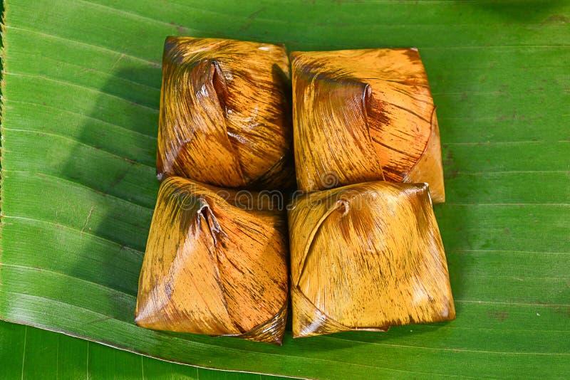 Groupe thaïlandais de bonbons de bouillie de maïs sur la feuille de banane image stock
