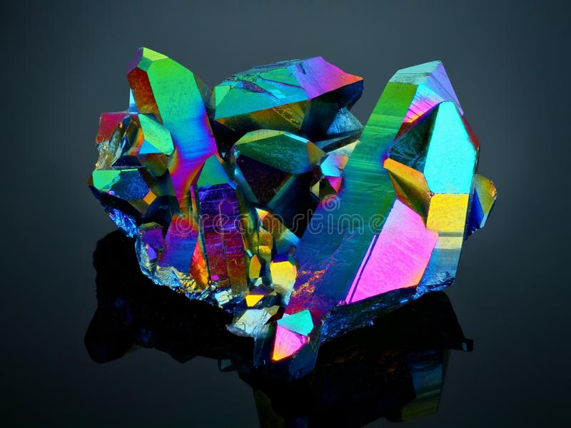 Groupe titanique de cristal de quartz d'aura d'arc-en-ciel images libres de droits