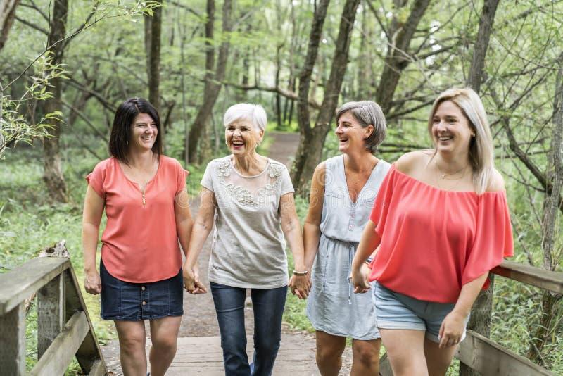 Groupe van vrouwenzuster samen met haar hogere moeder stock foto