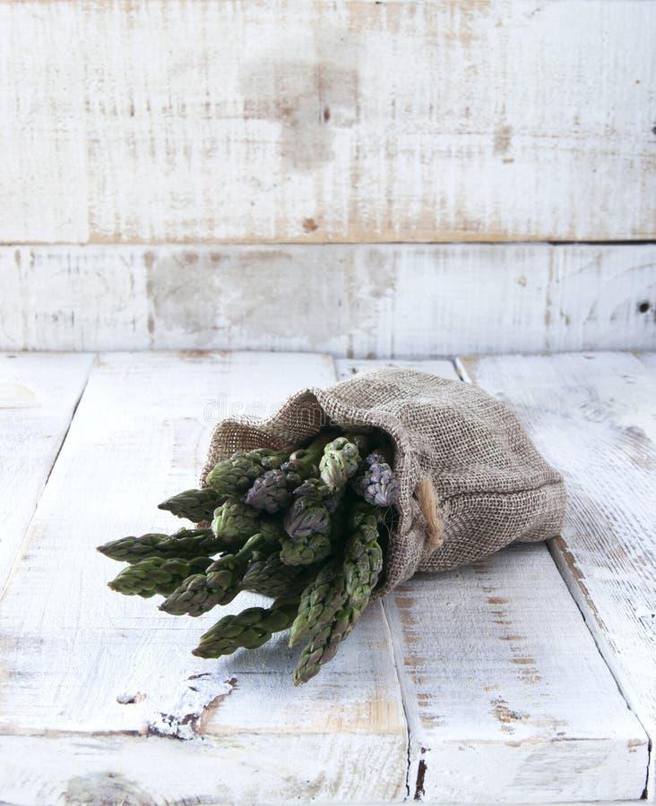 Groupes d'asperge se trouvant sur une table en bois photos stock
