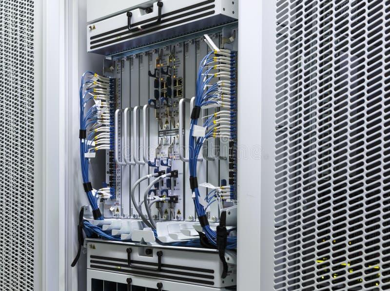 Groupes d'ordinateur géant d'unité de serveur de stockage au centre de traitement des données de pièce image stock